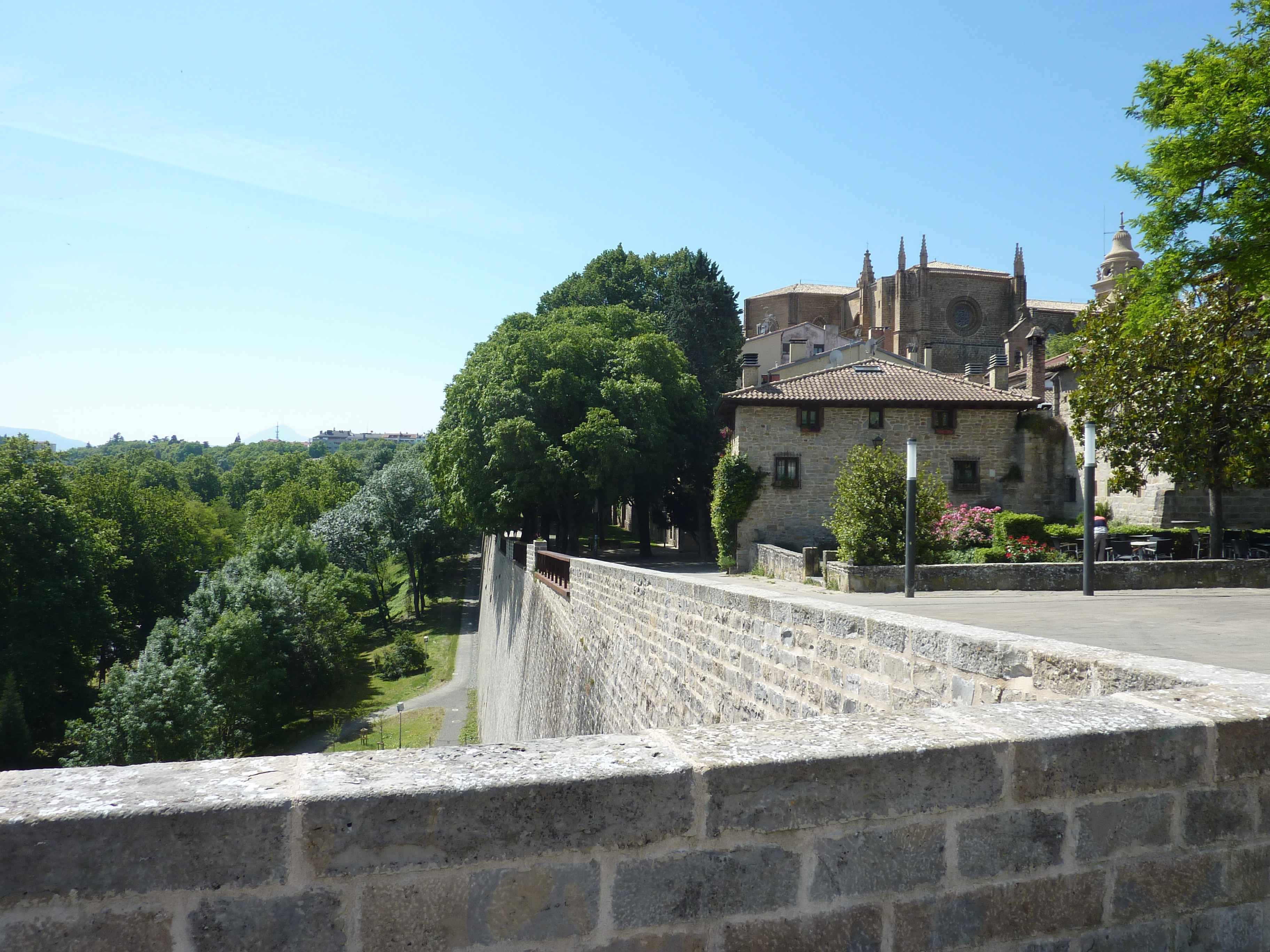 beaux-remparts-pampelune.jpg