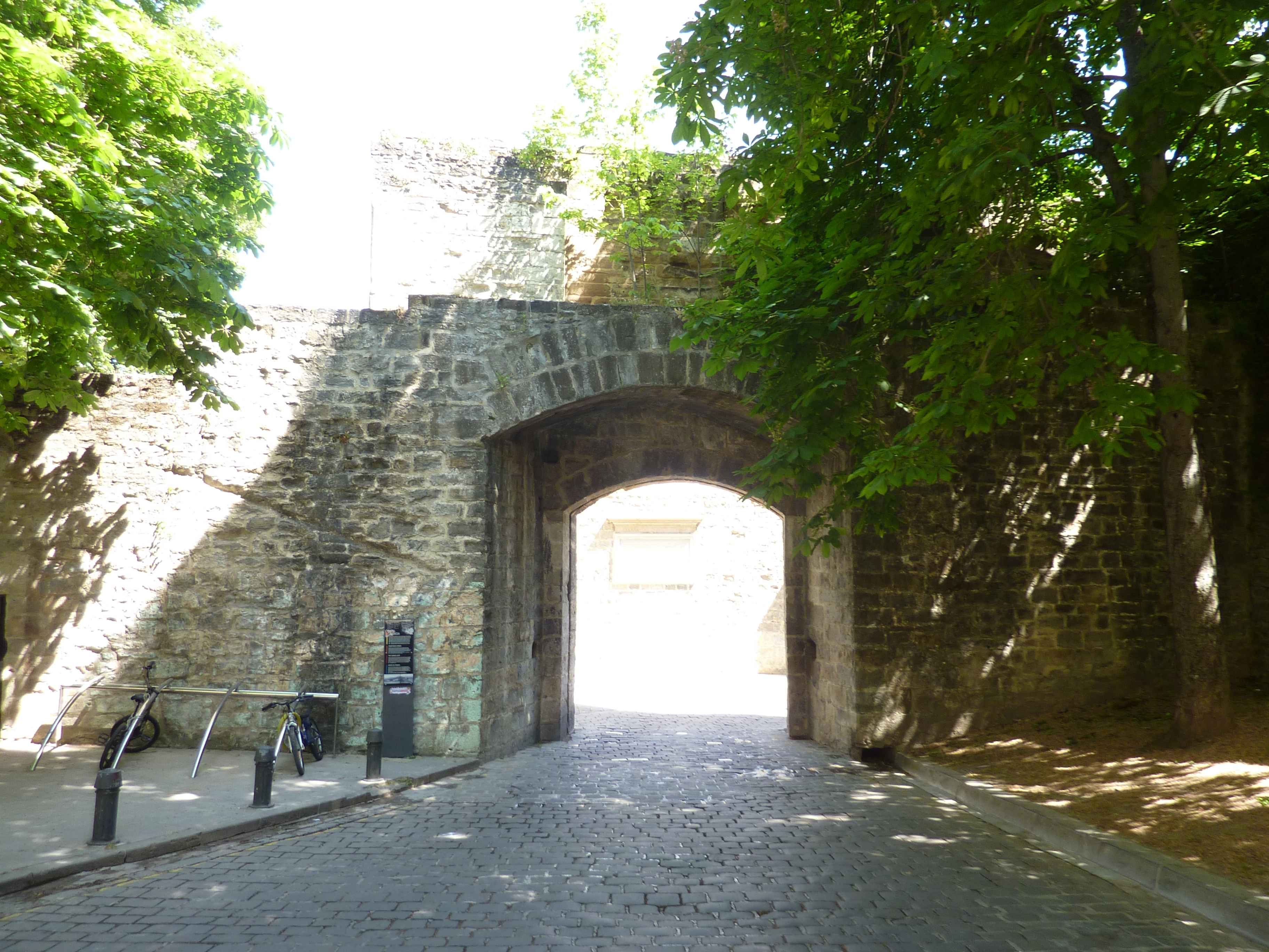 porte-de-france-remparts-pampelune.jpg