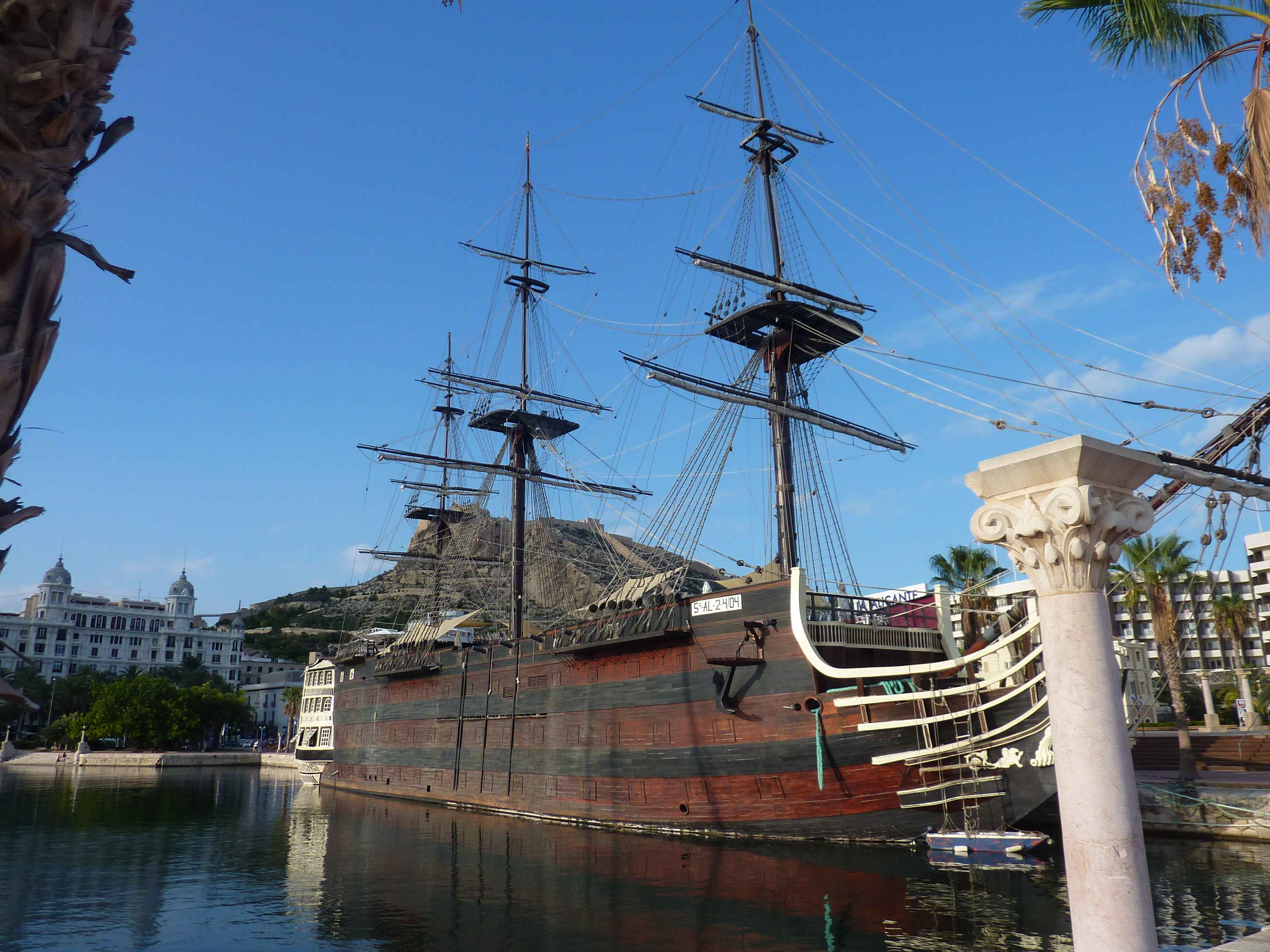 Grand Bateau Pirate Sur Le Port De Plaisance De Alicante en Images